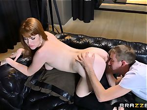 red-haired Gwen Stark pummels her brothers big salami