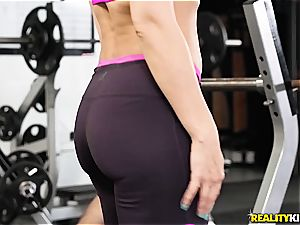bootylicious milf Rachel Starr gets smashed in the gym